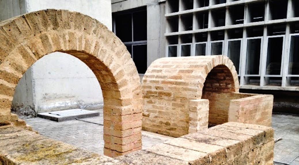 Construcción en adobe en el patio lateral de la Escuela de Arquitectura de Las Palmas de Gran Canaria