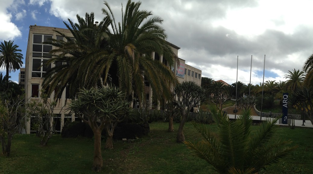 Fachada principal del Edificio de Arquitectura de Las Palmas de Gran Canaria