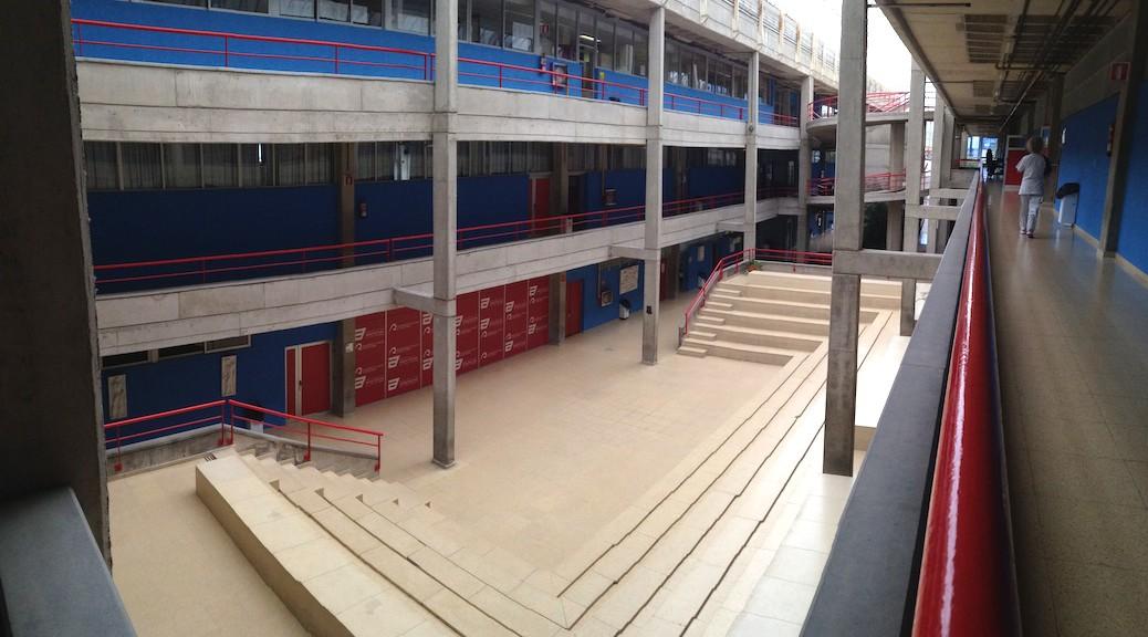 Gradas en el patio central de la Escuela de Arquitectura de Las Palmas de Gran Canaria